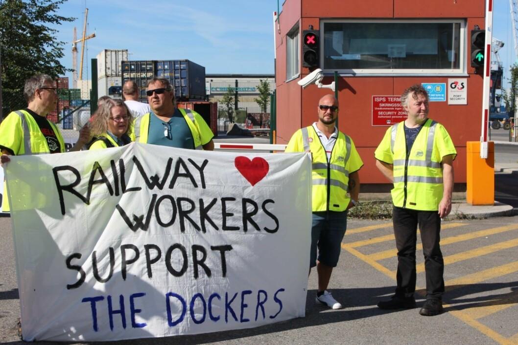Jernbaneansatte støtter havnearbeiderne.