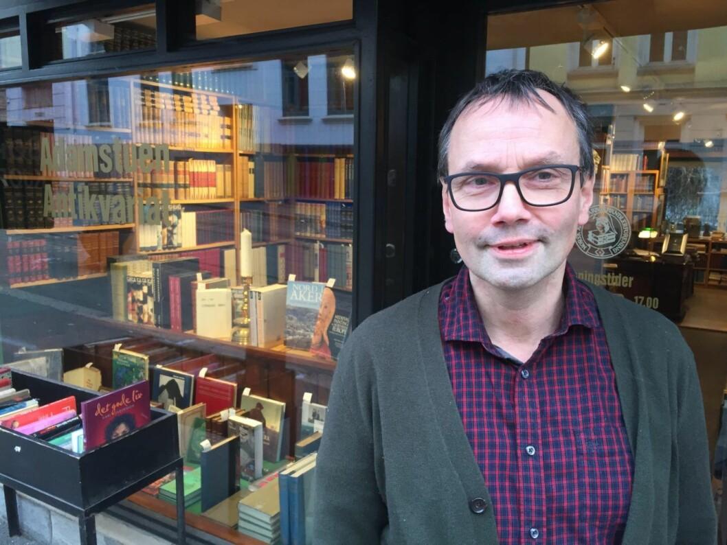 Innehaveren av Adamstuen antikvariat, Eivind S. Bergmann, er bekymret for at parkeringslommene i Thereses gate kan forsvinne.