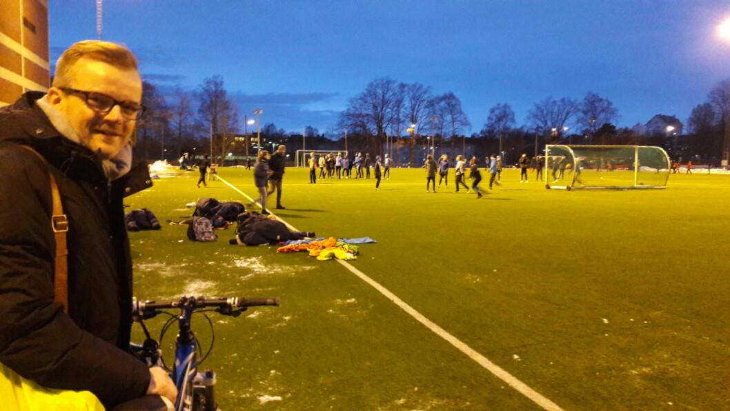 Fotballpappa Anders Spilling ser Friggs gutter gjøre seg klare for trening under trener Endre Theimann. Foto: Anders Høilund