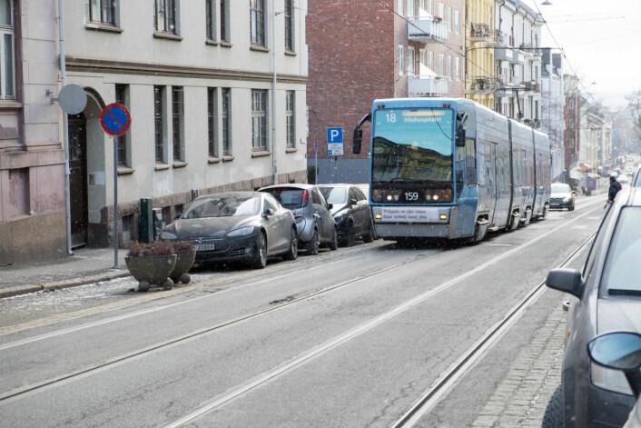 Trikken kjører oppover Theresesgate. I mars skal trikkeskinnene flyttes 15 cm øst- eller vestover. Foto: Bydel St. Hanshaugen