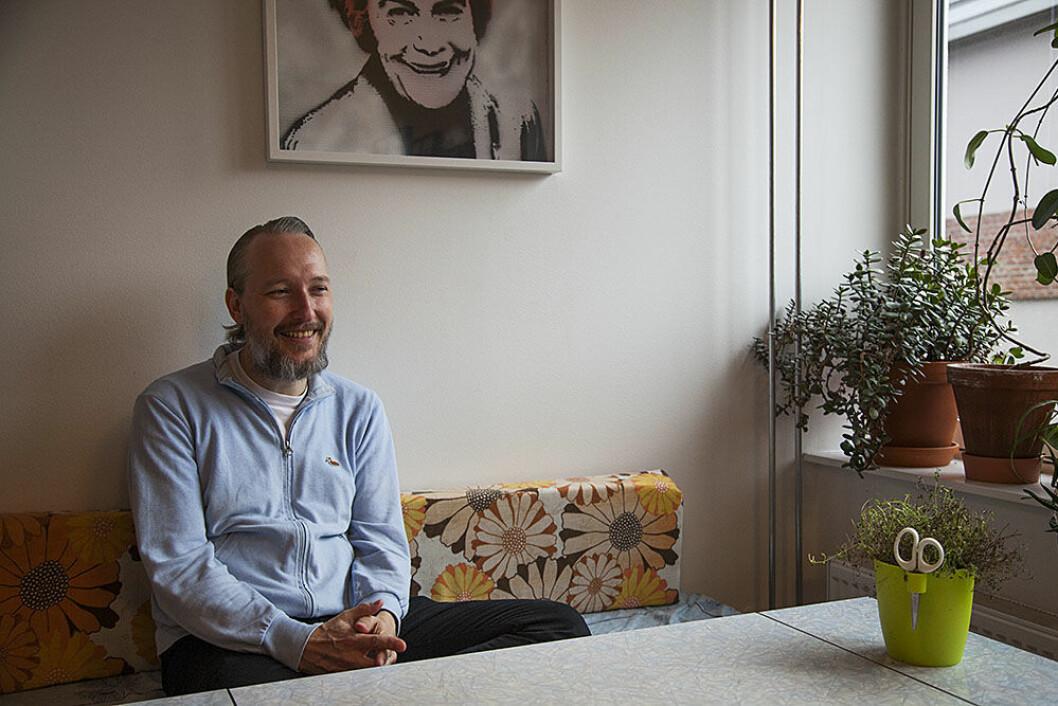 Vidar Trædal, selverklært gentrifiserer, sitter i leiligheten sin i bygget som en gang huset Kiellands Dropsfabrikk. Foto: Elisabeth Ulla Uksnøy