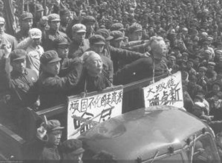 I kulturrevolusjonen var det åpen jakt på alle som ble ansett som fiender av kommunismen. Her ydmykes og misbrukes to mennesker av kulturrevolusjonære i 1967. Foto: Ukjent, Creative Commons