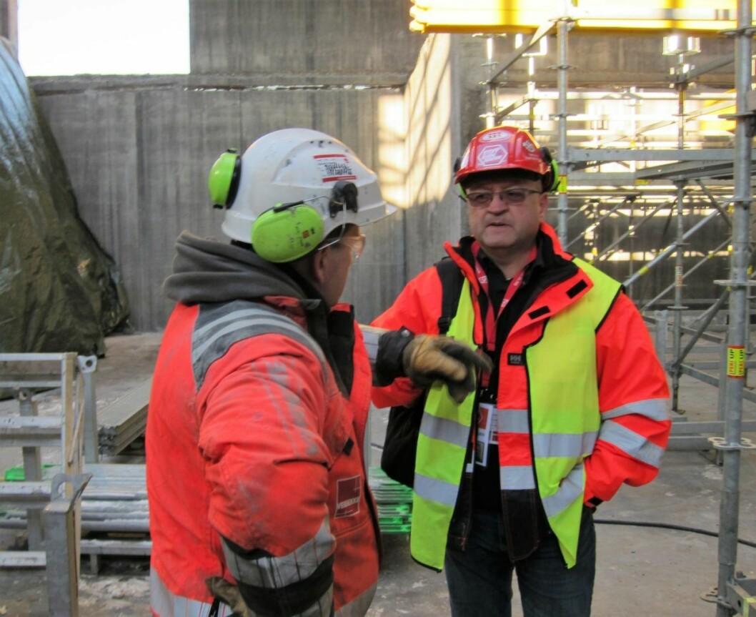 Svein Dagfinn Vestheim tar en prat med en av de som bygger det nye Munchmuseet. Foto: Susanne Skaug