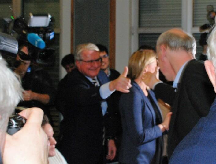 Fabian Stang gratulerer Michael Tetzschner med sikker tredjeplass på Oslo Høyres stortingsliste ved høstens valg. Foto: Arnsten Linstad