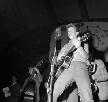 """""""Smiling Tommy"""" konkurrerer om å bli Oslos rocke-konge på Jordal Amfi,<br /> 4. september 1958. Foto: Ukjent / Oslobilder.no / CC3.0"""