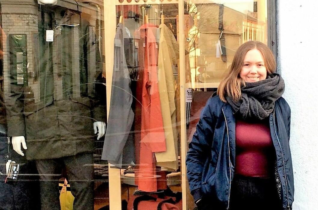 Anja Holmgren foran butikken hennes. Foto: Privat