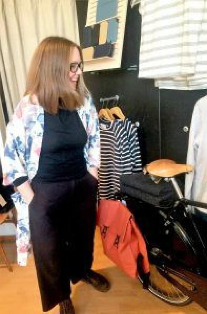 Anja Holmgren beundrer litt av kolleksjonen sin. Foto: Privat