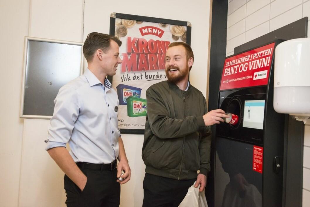 Ansatt og kunde Stian Nordby gjør som svært mange av de andre kundene på Meny Ringnes Park: han trykker på Pantelotteri-knappen. Her med butikksjef Martin Sande Stensrud. Foto: Katrine Lunke