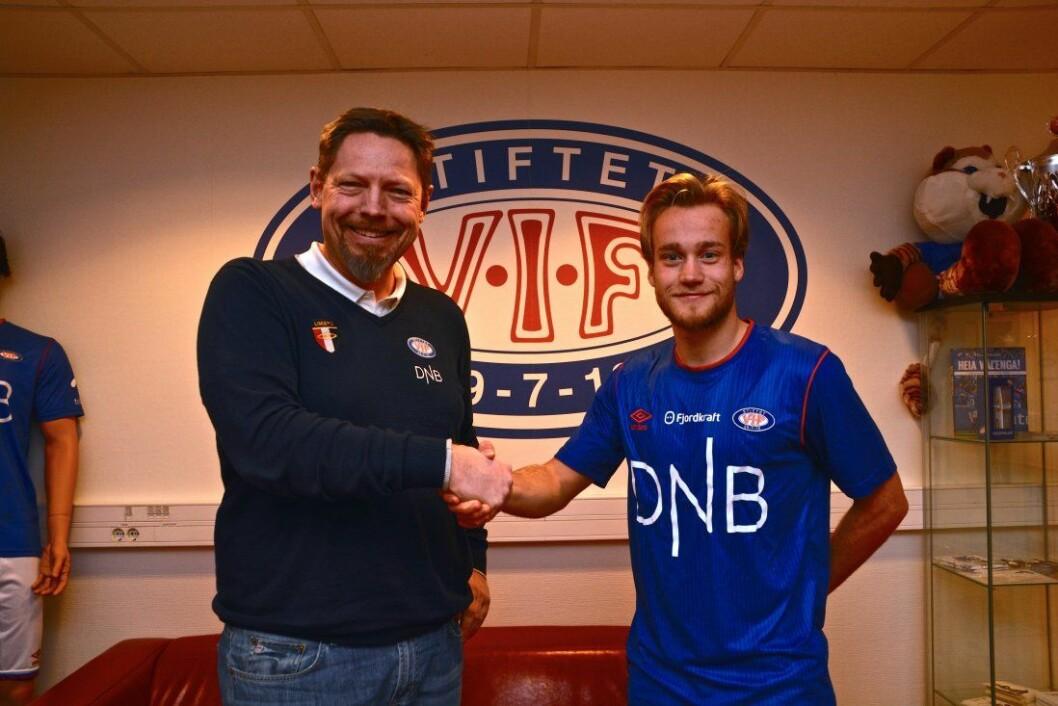Bård Finne (t.h) blir Vålerenga fotballs nye spiss. Her sammen med daglig leder Erik Espeseth etter å ha signert kontrakten med østkantklubben. Foto:<a href=http://www.vif-fotball.no/nyheter/bard-finne-klar-for-Valerenga> Vålerenga Fotball</a>