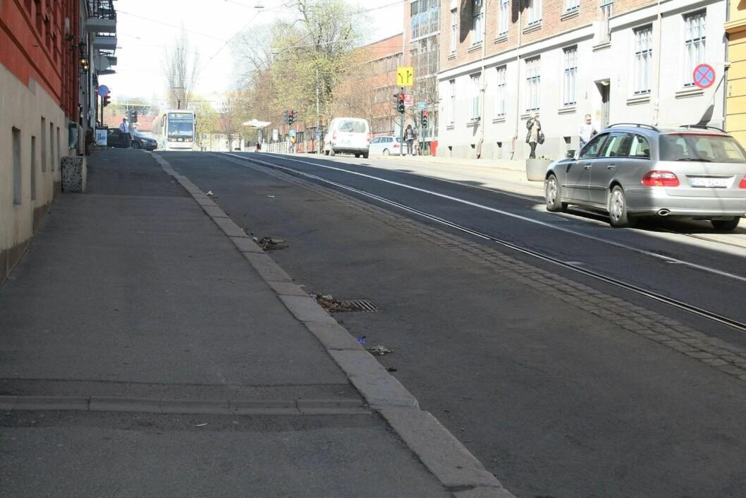 Thereses gate skal nå graves opp, slik at trikkeskinnene kan flyttes 15 cm. Foto: Stopp Prøveprosjekt i Thereses gate