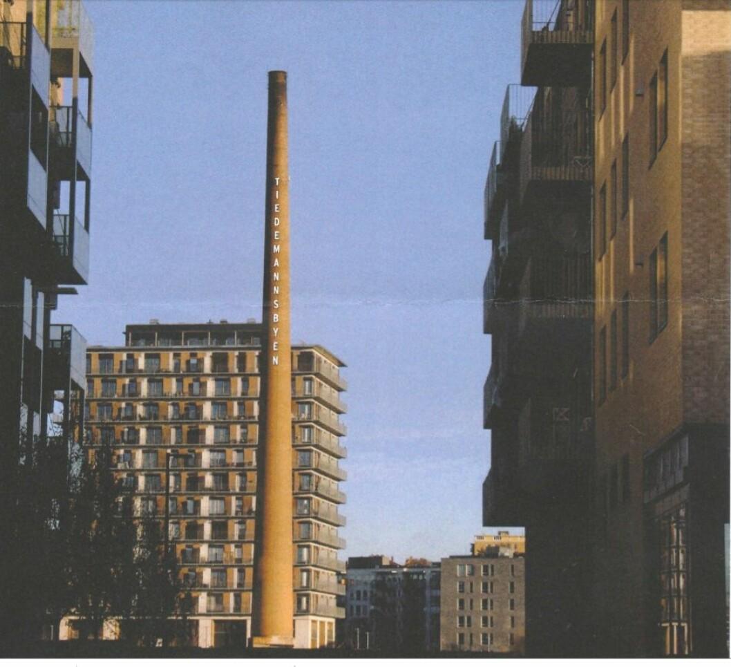 Byantikvaren mener det er greit å sette opp en lysreklame på den historiske fabrikkpipa på gamle Tiedemanns tobakksfabrikk. Foto: Per Øivind Eriksen / Ensjø aktuell informasjon