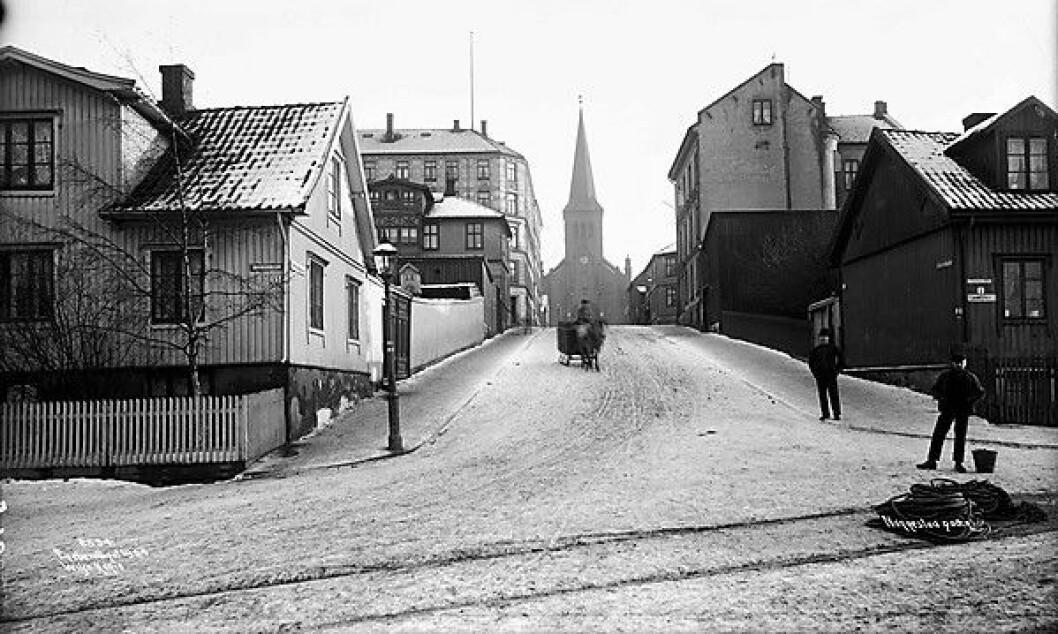 Et over hundre år gammelt bilde fra Nannestadgata på Kampen viser at den største forskjellen på da og nå, er bilene. Foto: Anders Beer Wilse