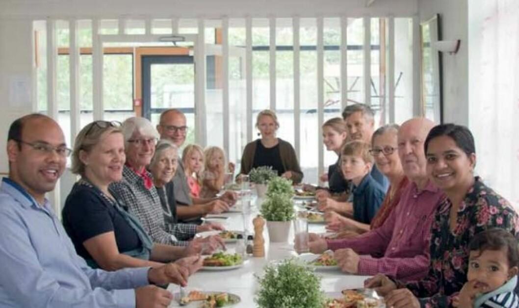 Felles middag i borettslaget Kollektivet. Her samles ung og gammel. Foto: Boka Fra servicehus til dugnadsfellesskap