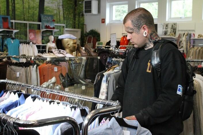 Christian forteller at jobben på Fretex holder ham rusfri. Foto: Therese Bergersen