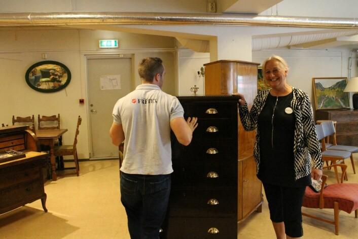 Bjørg Hegernes er svært fornøyd med å ha Victor som arbeidstaker. Foto: Therese Bergersen