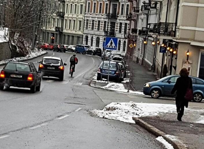 Syklist som sykler utenfor sykkelfeltet i Ullevålsveien. Foto: Anja Zwicky