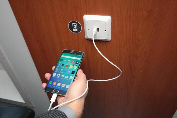Se etter sort klistremerke og USB-uttak i veggen. Foto: Øystein Dahl Johansen/Ruter