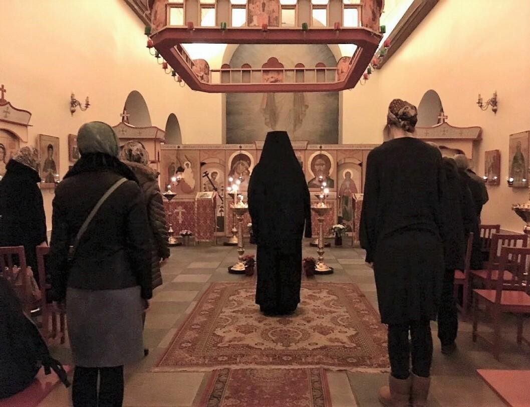 Med ryggen mot forsamlingen: Presten skal være likeverdig forsamlingen i de ortodokse gudstjenestene. Foto: Yasmin Sfrintzeris