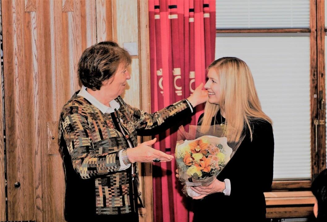 Ordfører Marianne Borgen gratulerer Oslos nye mobbeombud, Kjerstin Owren. Foto: Oslo kommune / Sturlason