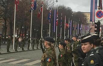 Islands president besøker Oslo. Se militærets oppstilling langs Karl Johan