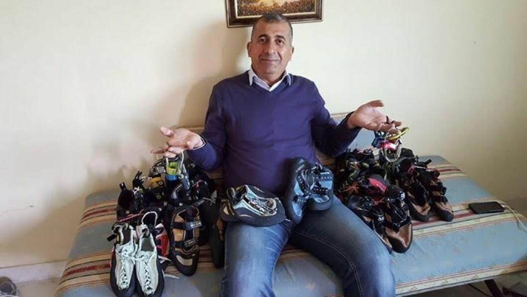 Hijazi Eid,  grunnleggeren av Palestinian Association for Mountain Sports Development i Betlehem, med klatresko donert av Klatreverket på Torshov. Foto: Privat