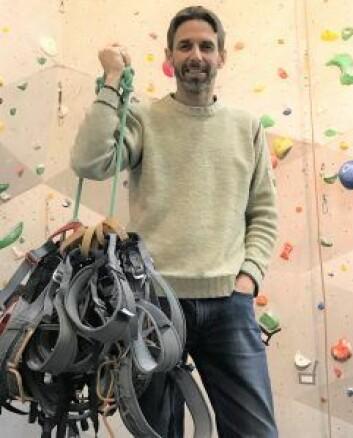 """Klatreverkets daglige leder, Dag Cappelen Papazian, poserer med den nyeste donasjonen: en haug med klatreseler. Foto: I<span class=""""gD"""">na Kim Holmgren Johansen</span>"""