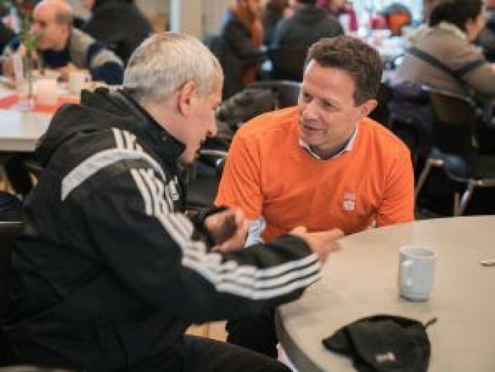 Behov for sosialt fellesskap: administrerende direktør Runar Hollevik i Norgesgruppen slår av en prat med en av de som benytter seg av ByFrokost. Foto: Torstein Ihle