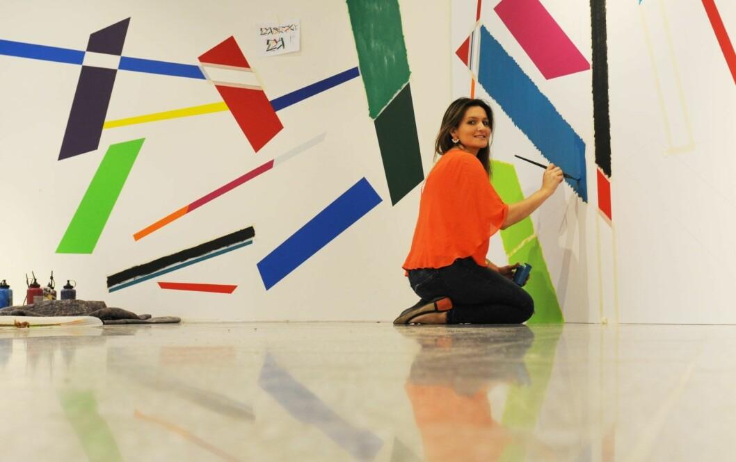 Kunstner Marisa Ferreira maler verket Coloured Rhythm # 1 i det nye galleriet Oslo Ø, i Østbanehallen.