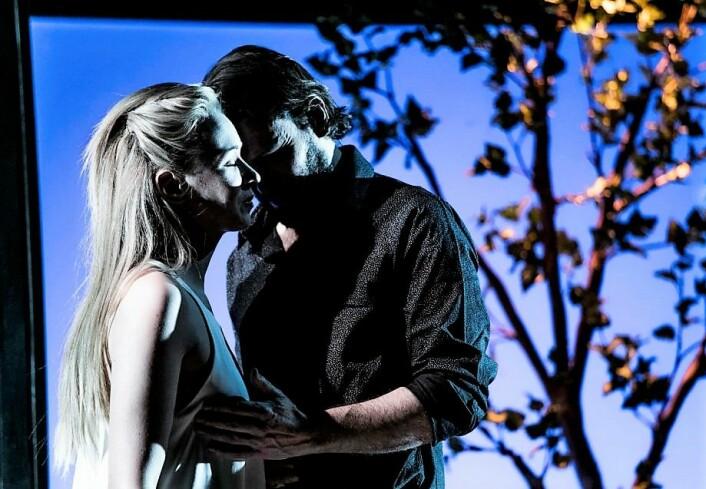 Clara (Marie Blokhus) og Olof (Gard Skagestad). Foto: Mats Bäcker / Det Norske Teatret.