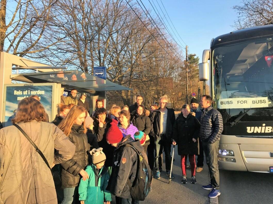 Mange mennesker møtte opp for å protestere mot nedleggelsen av linje 76. Folk på Teisen og Fjellhus har laget sin egen midlertidige buss for buss til Rådhuset. Foto: Fjellhus Hageby vel
