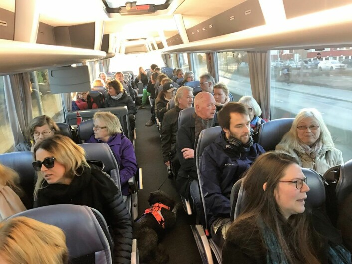 """Buss for buss til Rådhuset. Det var stort oppmøte til første avgang klokka 0730. Neste """"folke""""-avgang klokken 0815. Foto: Fjellhus Hageby vel"""