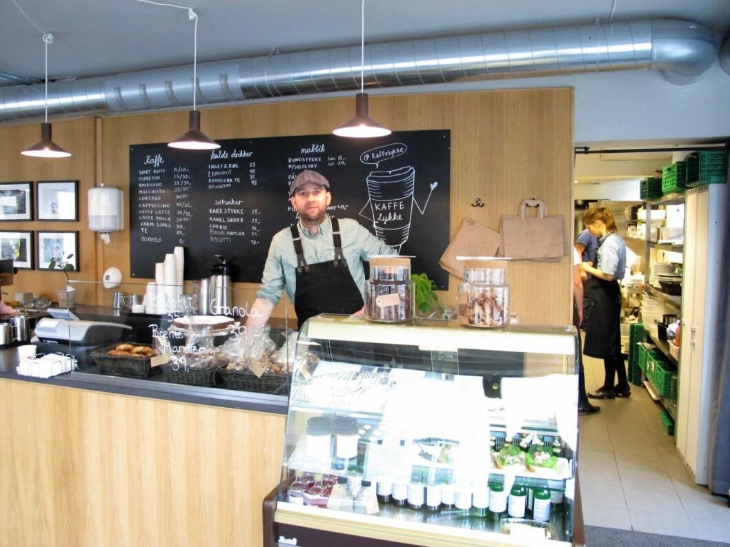 Peter Nielsen er arbeidsleder på KaffeLykke. Han ønsker at de unge han jobber med skal få en pasjon for mat. Foto: Mona Gundelach Mikkelsen