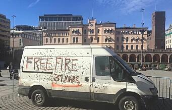 Hvit varebil full av kulehull plassert rett ved 22. julisenteret vekker sterke reaksjoner. Men bymiljøetaten tar ikke selvkritikk
