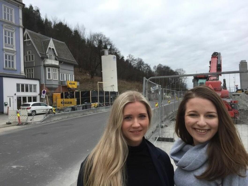 Vi trodde først det var krig, sier sykepleierstudentene Sophie Stark (t.h) og Victoria Madelen Haukeland som bor i kollektiv kloss oppi sprengningsarbeidene til Follobanen. Under den gamle trevillaen i bakgrunnen ligger tunnelinnslaget. Foto: Bjørn Bratten