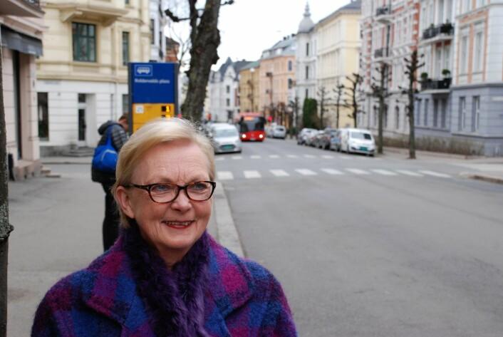 Marit Hvalvik i Skovveien velforening mener det holder med 21-bussen i Skovveien. Foto: Arnsten Linstad