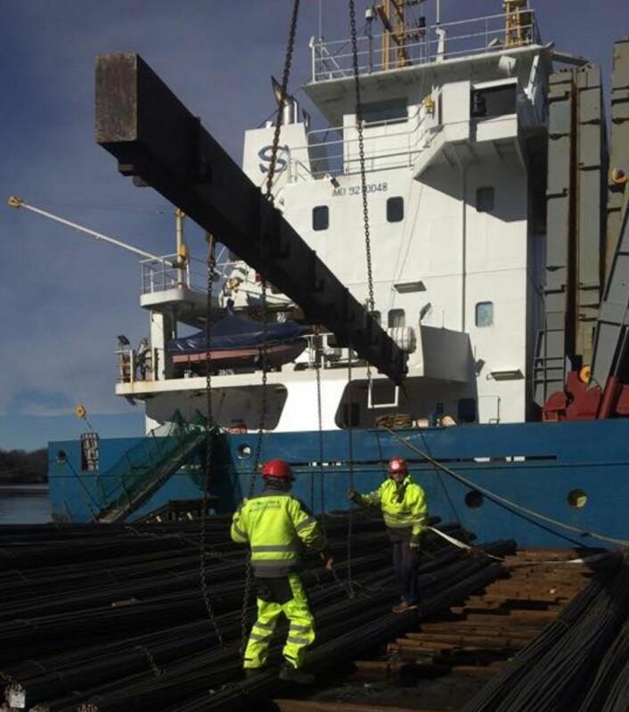 Havnearbeiderne i Oslo losser en sjelden båt i Oslo havn. Foto: Roar Langaard