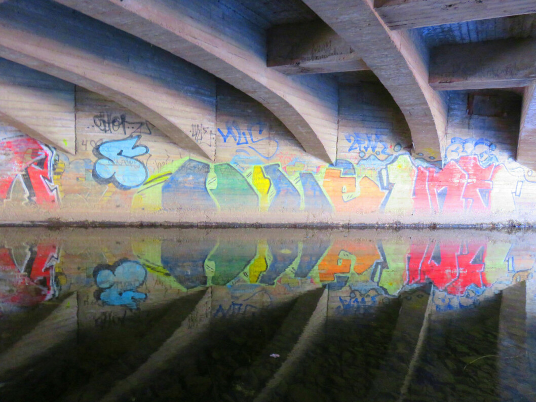 Graffiti under bru. Foto: Gunn Pound