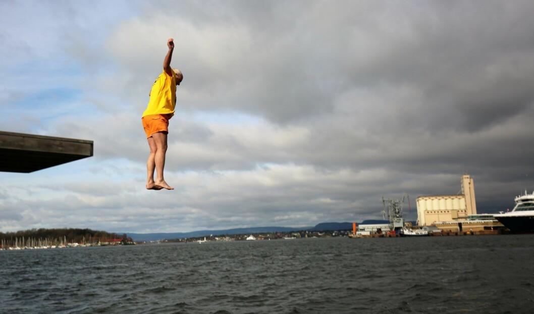 Ruskengeneral Jan Hauger hopper i havet for en god sak. Foto: Elisabeth Tobiassen Faane