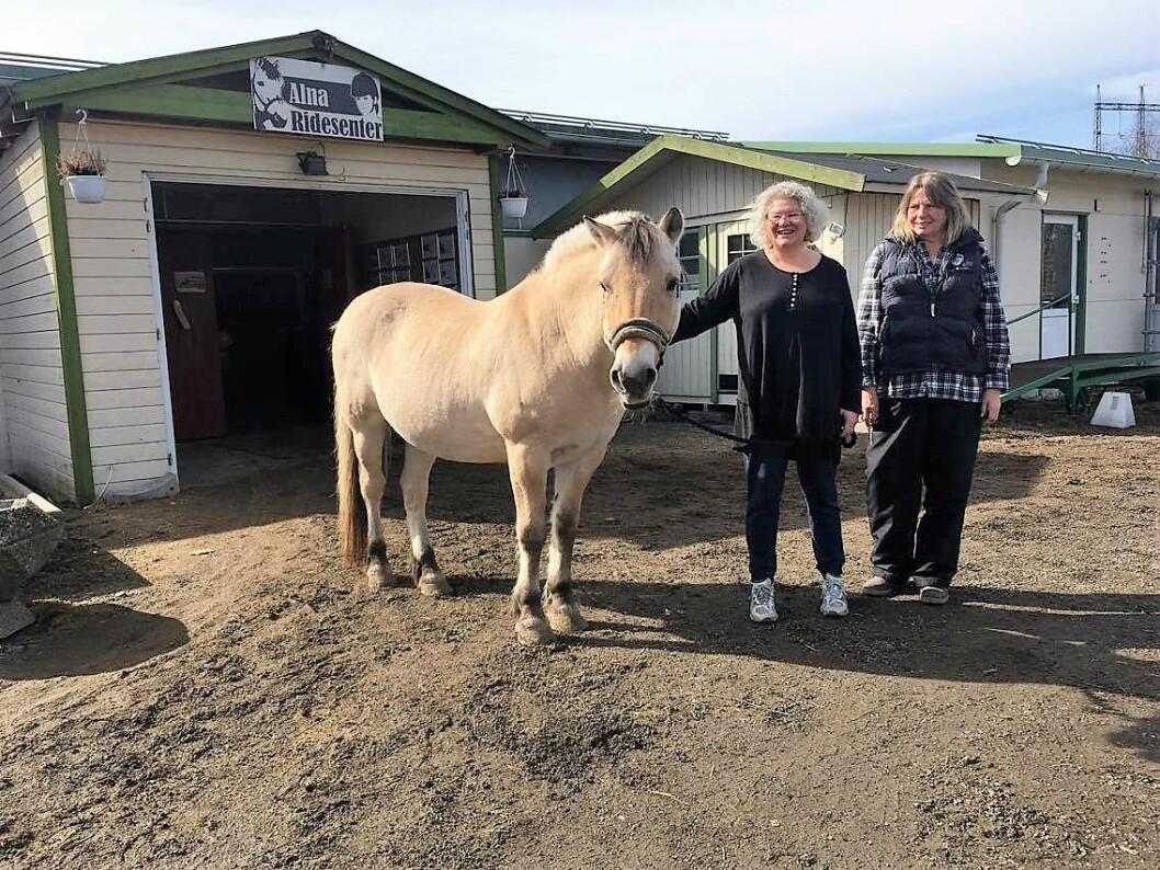 85.000,- kroner tilsvarer tre måneder med fôr og flis til hestene, forteller daglig leder Lene Kragh (t.h.). Foto: Yasmin  Sfrintzeris