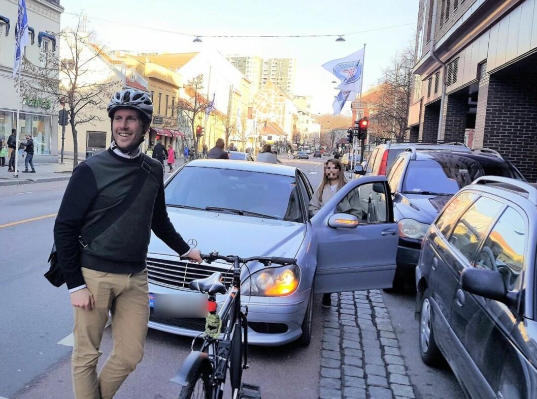 Her blir MDGer Pål Thygesen blokkert av en bil parkert midt i sykkelfeltet på Grønland. Foto: Tarjei Kidd Olsen