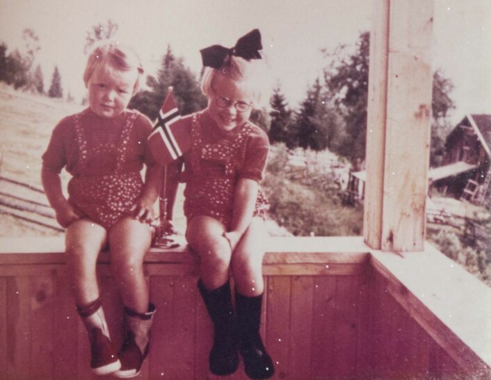 Pyntet til fest: Inger-Marie (t.v.) og storesøsteren Gunhild (t.h.) fanget på fargefotografi lenge før teknologien kom til Norge. En amerikaner besøkte familien med sitt fargeapparat. Foto: Privat