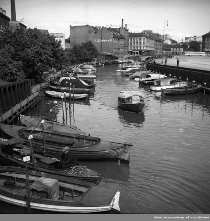 Småbåter på Akerselva, i mai 1951. Foto: Arbeiderbevegelsens arkiv og bibliotek