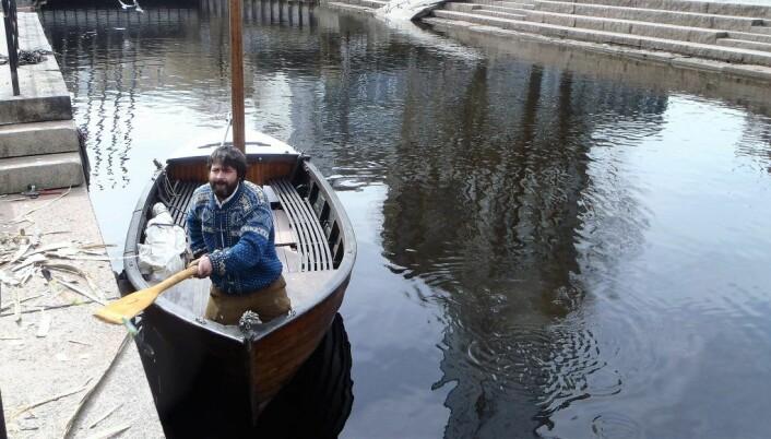 Den første trebåten kom på plass før påske. Akerselva trebåtforenings Ilker Dursund rydder opp skrot fra elva. Foto: Anders Høilund