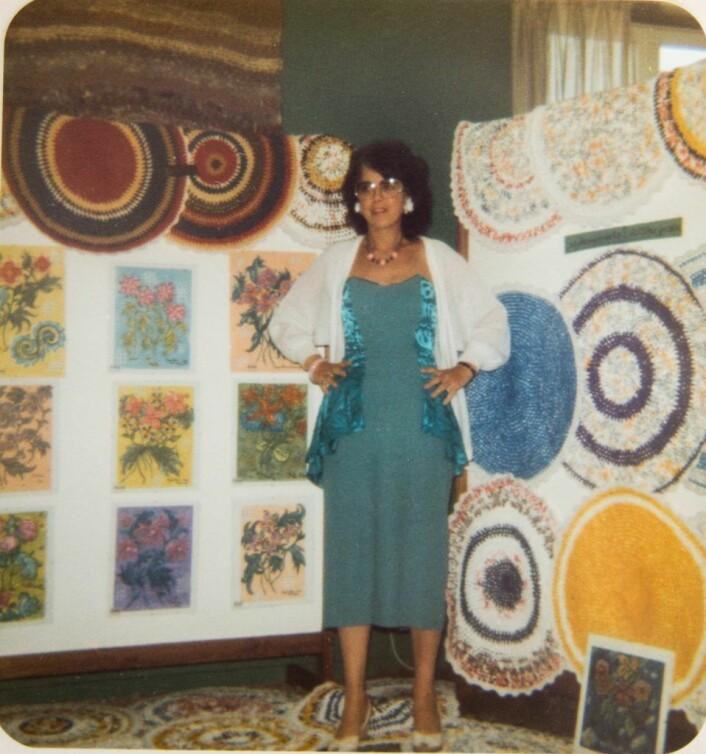 Inger-Marie solgte malerier og fargerike plastmatter hun laget selv. Foto: Privat