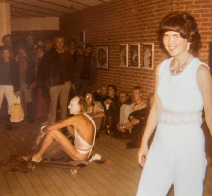 Inger-Marie deltok på flere av Svens «Happening-forestillinger» og har fortsatt trefigurene stående til pynt i entreen. Foto: Privat