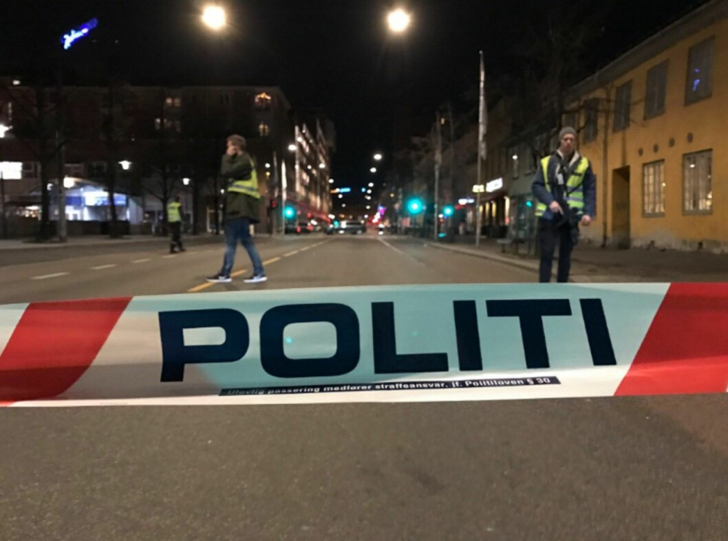 Politiet sperret av området på Grønland der 17-åringen skal ha plassert splintbomben 8.april 2017. Foto: Mads Wam Schneider