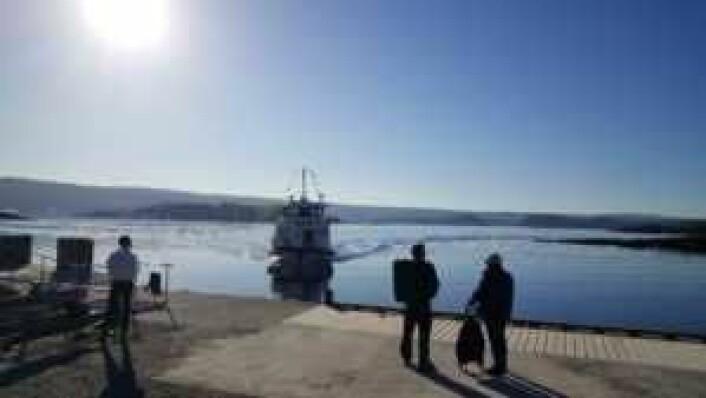 Ferjene tar deg til Oslos øyparadis. I dette bildet venter noen få heldige øyboere på båten fra Lindøya til Aker brygge en solrik morgen i mai 2018. Foto: Tarjei Kidd Olsen
