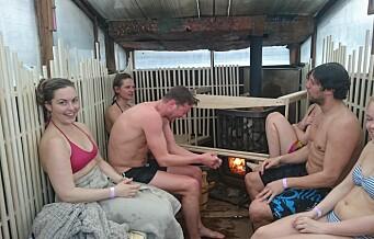 De tok seg et isbad og sauna rett ved operaen på påskeaften