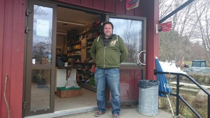 Fra 1. juni og ut august er det sjelden Svenn Ove stenger butikkdørene. Foto: Christian Boger