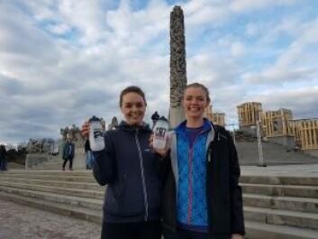 Her viser to deltagere frem drikkeflasker med Herbalife-merkevare trykket på som de har fått tildelt. Foto: Nina Albertsen